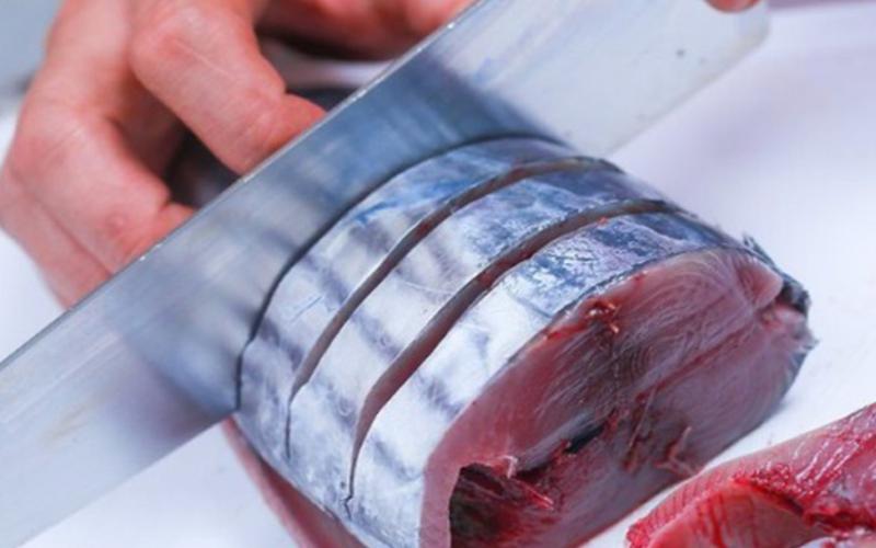 Sơ chế cá, cắt cá thành từng khúc khoảng 2cm